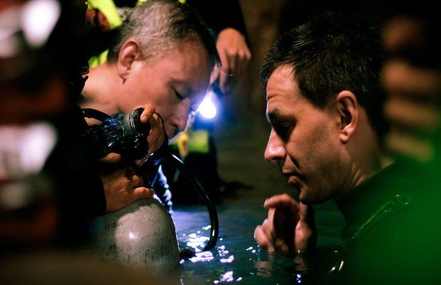 Cave_divers_Tan_Xiaolong_and_Jim_Warny_preparing_for_a_scene_620x400
