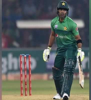 Pakistani Grill Umar Akmal on Social Media for back to back Failure Against SL
