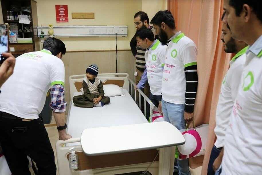 Zong 4G volunteer with patient