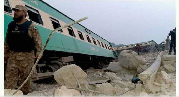 trains collide in pic_4
