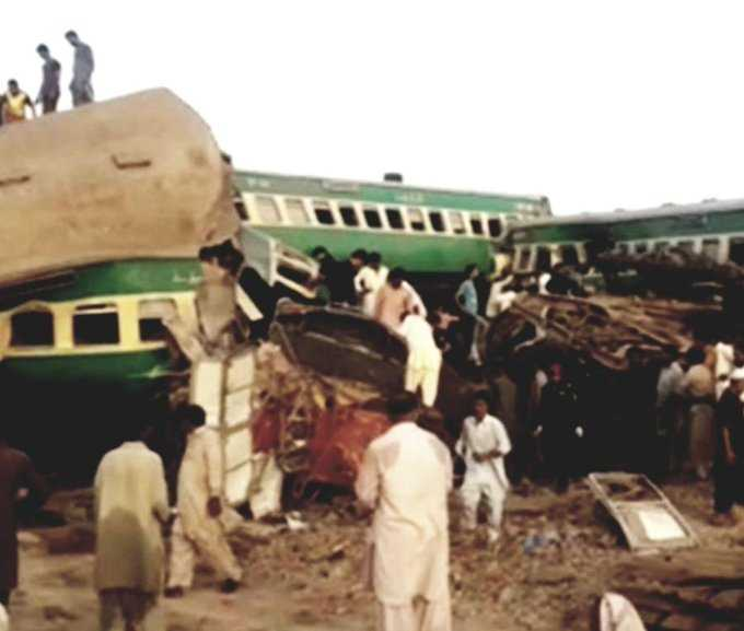 trains collide in pic_1