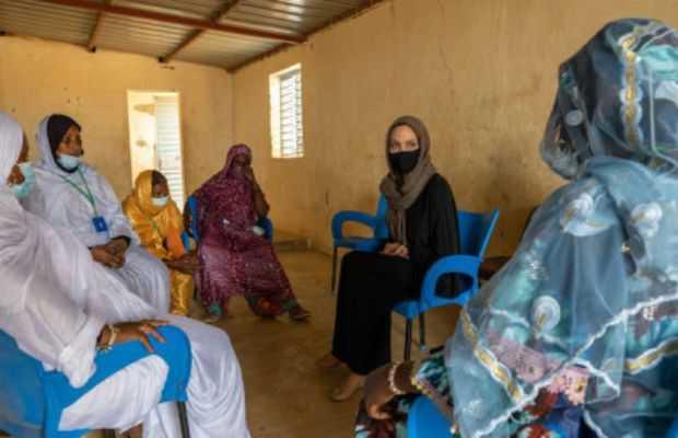 Angelina Jolie visits refugee camp
